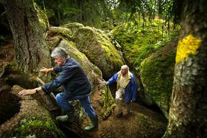 Helge Hagberg bar på ett stort intresse för natur. Här ses han tillsammans med skribenten av detta minnesord, Carl Anders Lindstén, i Skärmarbodabergen 2005. Foto: NA arkiv/Stig Nyström