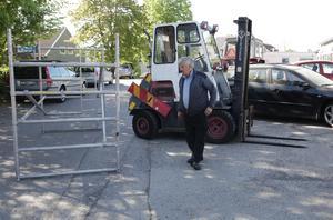Bilhandlaren Stig Pettersson konstaterar dystert att det inte räckte med att blockera bilen med både gaffeltruck och byggställning. Den stals ändå.