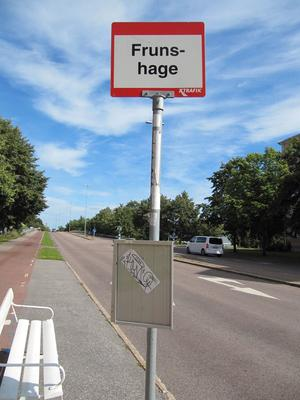 Ett okunnigt skrivet namn på en busshållplats och en tidtabelltavla med noll information. Det finns en förbättringspotential, menar Barbro Sollbe. Foto: Privat