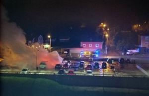 Flera bilar förstördes i en brand i Nacksta under natten mot torsdag. Ingen misstänkt gärningsman har gripits. Bild: Lena Fredriksson