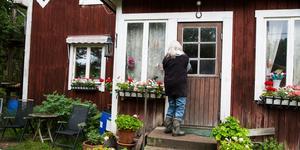 Linnéa Palmqvist stänger dörren för att inte stanken från Tvetatippen ska leta sig in.