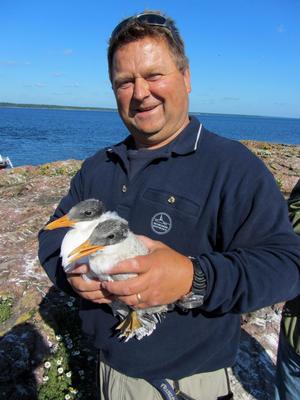 Leif Malmgren vid Riddersholms naturreservat har arbetat med skärgårdens fågelliv i flera år.Foto: Skärgårdsstiftelsen
