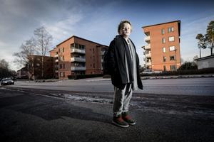 Här var det som damen ramlade och blev liggande, precis intill korsningen Drottninggatan-Kungsvägen i Kumla, där bilar passerar mest hela tiden.  Efteråt har Rasmus funderat på varför det tog sådan tid innan någon vuxen kom till undsättning.