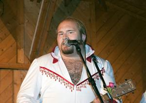 Peter Larsson spelar kompgitarroch sjunger i Larz-Kristerz.