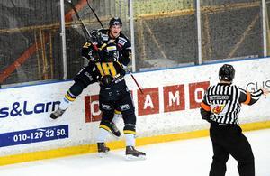 Nils och Lars Eriksson jublar efter ett av många mål i Borlänge Hockey. Bröderna har bildat en vass kedja med Marcus Andersson.