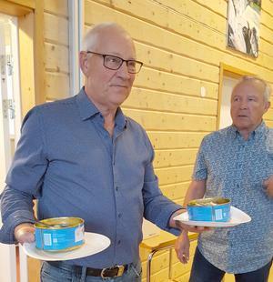 Egon Ljungberg och Åke Edström serverade de läckra strömmingarna. Foto: Loulou Westlund