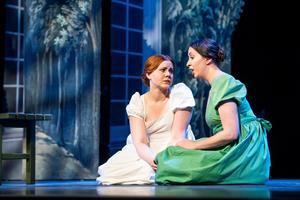 Mezzosopranen Frida Bergquist i grönt, spelar Clara, dottern Mathildas (Amelie Flink) vän. Foto: Jonas Bilberg