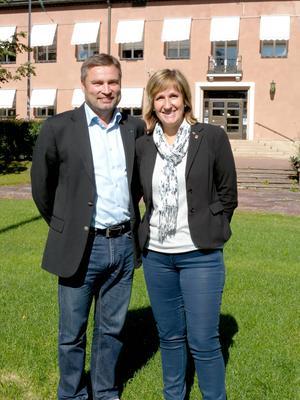 Centerns Peter Helander och Anna Hed utanför kommunhuset.
