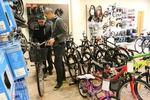 Harry Lund gör sitt första besök hos Josef Fhager på Kumla cykel och fritid som öppnade i våras.