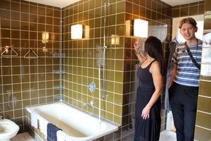 Lamporna i badrummet är fina men kaklet är väl mörkt tycker Malin.