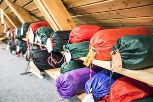 Hillebergs tält säljer som aldrig förr. Och antalet produkter bara växer. På översta våningen i företagets lagerlokaler finns ett stort antal tältmodeller bevarade.
