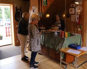 Caféets hembakta kaffebröd visades bakom plexiglas så man kunde välja vilka godsaker Margareta Stark skulle lägga upp på assietten. Foto: Anna Dagman.