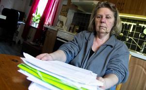 Före 2012 hade Monica Forsberg aldrig varit sjukskriven. Sedan dess har det blivit många papper från Försäkringskassan.
