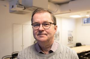 Peter Henriksson (M) menar att äldreomsorgen kostar 100 miljoner mer än den borde i Borlänge.