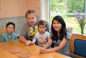 Michael och Wanna Björklund med barnen Dylan och Eric hemma vid köksbordet. Molly var hos en kamrat när bilden togs.