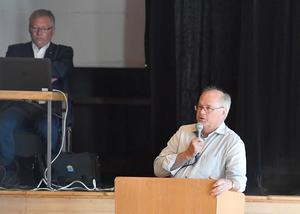 Stefan Linde och Peter Egardt i talarstolen.