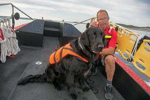 Lasse Lindström, frivillig sjöräddare, tillsammans med blivande kollegan, flatcoated retrieverhannen Zimba, 3 år.