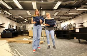 Jeansbolaget kommer att ha ett sortiment av jeanstillbehör, som toppar och skärp. Isabelle Grima jobbar tillsammans med Sandra Hammarstrand.
