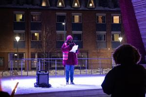 Shida Kinuka (S) talade under manifestationen bland annat om vilket stöd det finns för utsatta kvinnor i kommunen att få.