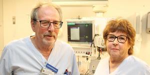 Arne Johansson och Lena Thilas Strand är pensionärer men fortsätter gå in och jobba på intensivvårdsavdelningen på Gävle sjukhus.