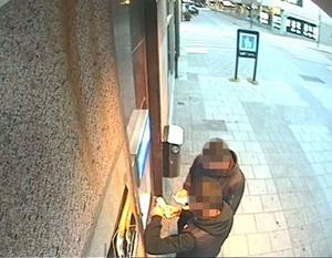 30 000 kronor togs ut med offrets bankkort i centrala Falun efter rånet. Här fångas två av gärningsmännen av övervakningskameran. Bild från polisens förundersökning.