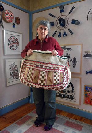 Handarbetsväskan köpte Anita Forssell av en nenetsisk kvinna som paret Forssell reste med förra våren.