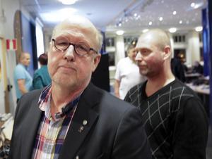Benny Rosengren, till vänster, berättar att SD kommer att ha minst 19 namn på valsedeln till kommunfullmäktige i Ludvika. Johan Andersson har dock sagt i från sig en plats på listan.