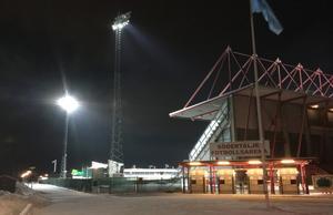 Strålkastarbelysning på Södertälje fotbollsarena, en vinterkväll.