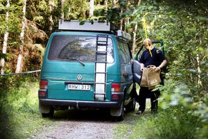 Fyndplatsen i skogen norr om Medelpadsvägen där någon hittade benbitar från en människa 26 juni i år.  Området hölls avspärrat i väntan på polisens tekniker som anlände på förmiddagen dagen efter larmet.