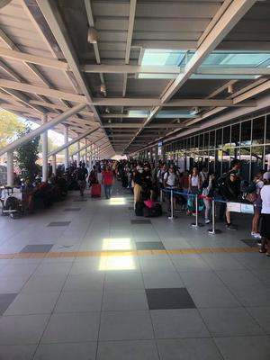 Skaratjejernas bilder från flygplatsen i Palawan. Flygen har slutat att gå och flera resenärer är fast.