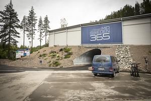 Parkeringen utanför skidtunnelkomplexet i Gällö.