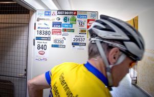 Minnen från förr. På dörren in till sitt cykelförråd har Jan sparat nummerlappar från tidigare lopp.