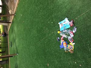 Skräp vid Befälskullens lekplats, som besöks dagligen av elever från både Viksängsskolan och andra närliggande skolor och förskolor. Foto: Privat