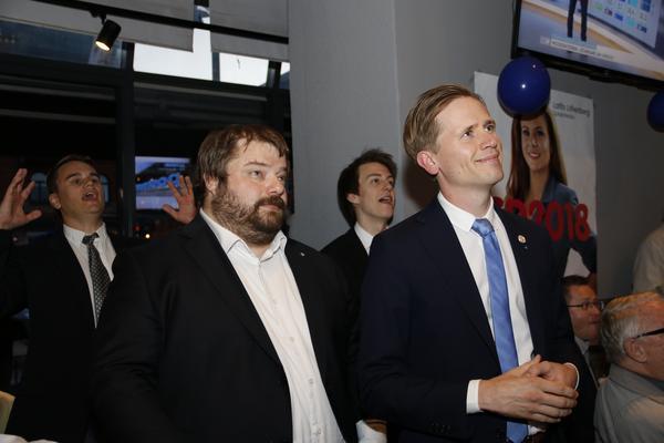 Richard Carlsson och Roger Hedlund från Sverigedemokraterna under partiets valvaka på Järnvägskrogen i Gävle.