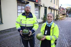 Johan Kindman och Marie Pellas från Västerås stad med de två melonerna. Den ena hel och välbehållen i en hjälm efter fallet i marken medan den andra snabbt föll isär.