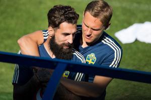 Jimmy Durmaz får en kram av lagkamraten Ludwig Augustinsson.