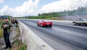 En av tävlingsbilarna var en Ferrari.