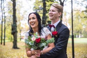 På tre intensiva dagar planerades bröllopet. Hindersprövningen ordnades, ringar köptes, kyrka och präst bokades – och vänner ringdes in.