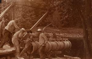 Män arbetar med rör vid vattenverket i Skråmsta, augusti 1916. Fotograf: Okänd