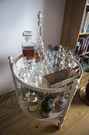 Drinkbordet är köpt begagnat via Facebook, sen målade Maria om det. Slutligen lät de en glasmästare lägga i en spegel.