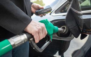 Tankade bensin och smet från betalningen. Brottet är polisanmält. Detta är en genrebild.