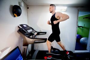 Jonas har nära till sin träning. Källaren är ombyggd till en träningslokal.