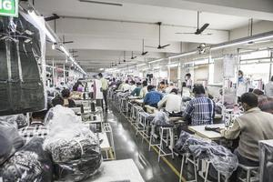 Europeiska företag ska ta ansvar för mänskliga rättigheter, skriver Karina Karlsbro. På bilden: En textilfabrik i Indien som bland annat tillverkar kläder för H&M.