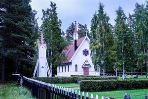 Från början var kapellets träfasader enbart oljade, men de mörknade med tiden och målades senare vita.