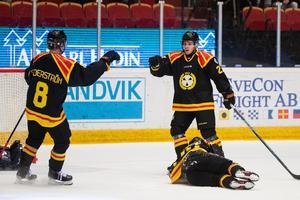 Victor Söderström och Emil Forslund jublar efter avgörandet samtidigt som Mannberg precis däckats. Bild: Daniel Eriksson / BILDBYRÅN