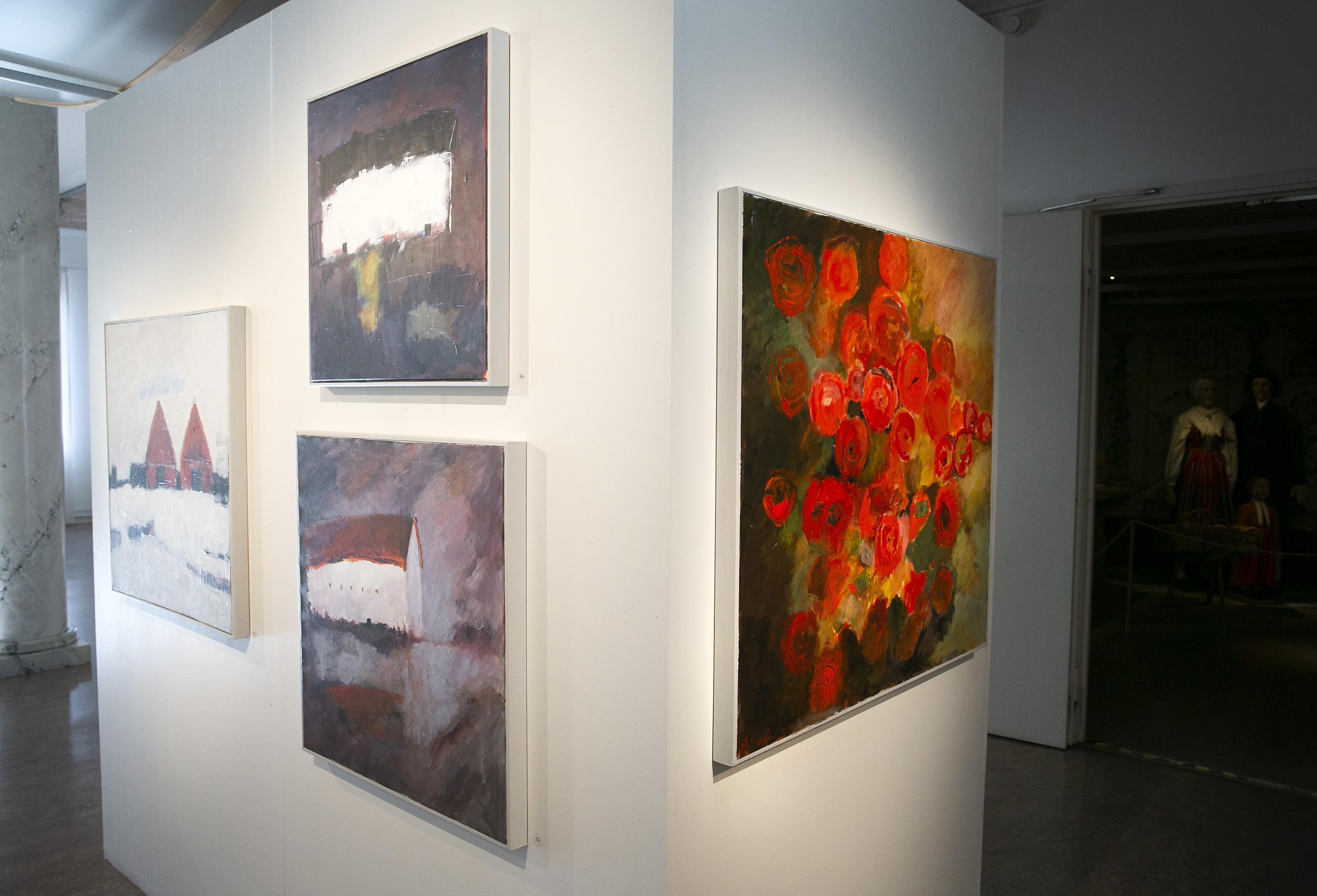 Många tavlor har sparsamt med färg och som kontrast finns flera som är riktiga färgklickar.