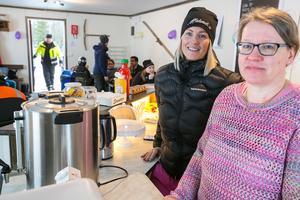 Två av alla ideellt jobbande bybor som arbetade under invigningsdagen var Caroliné Wall till vänster och Anette Holmqvist.