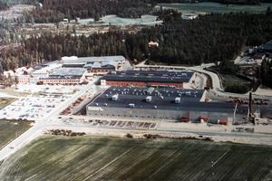 1976 hade lokalerna växt och var på totalt cirka 45 000 kvadratmeter. I den övre delen av fotot skymtar ÖSA-skolan, som invigdes 1972, och som i dag är Skogstekniska. Foto: Ösa museet
