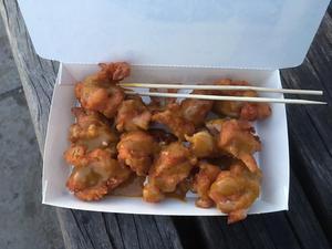 Friterade kycklingbitar. Om du bestämmer dig för att äta taiwanesisk plockmat, så är det befogat att utfärda en varning: Du blir snabbt mätt.