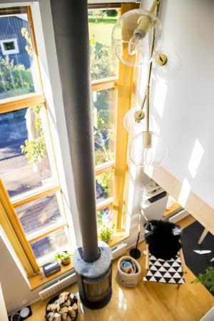 De höga fönstren ger ljus till båda våningsplanen.